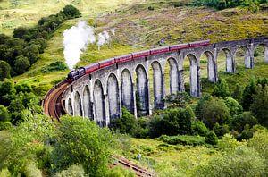 Jacobite stoomtrein op Glenfinnan viaduct in Schotland van