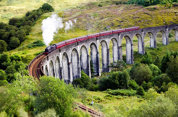 Train à vapeur Jacobite sur le viaduc de Glenfinnan en Écosse