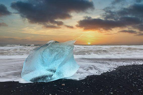 Stukken ijs op diamantstrand