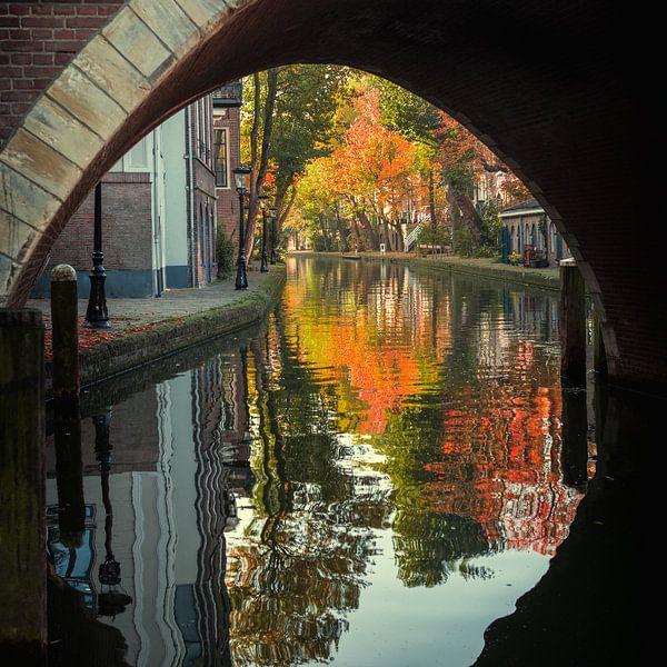 Zicht op Twijnstraat aan de Werf in Utrecht in de herfst van De Utrechtse Grachten