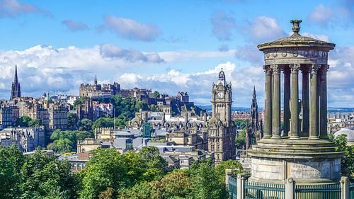 Edinburgh cityscape met Dugald Stewart Monument, old town en new town van