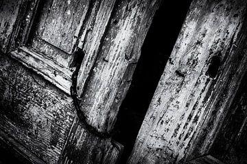Detail einer alten Tür | Schwarz-Weiß-Fotografie I Straßenfotografie von Diana van Neck Photography