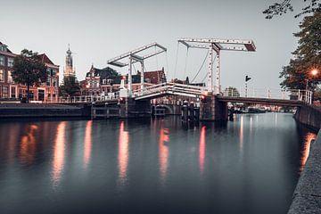 Haarlem: Gravestenenbrug tijdens blauwe uur. van Olaf Kramer