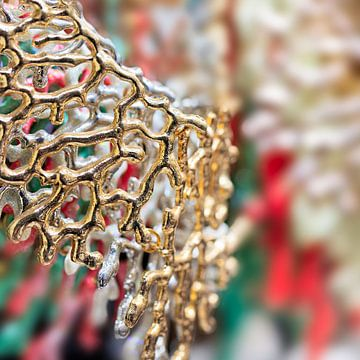 Close-up van modern design gouden ketting van Tony Vingerhoets