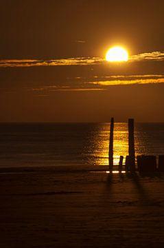 Golfbrekers in de zonsondergang. von Edwin Harpe