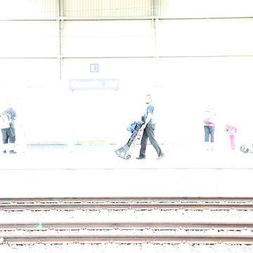 Mann im Bahnhof von Heike Hultsch