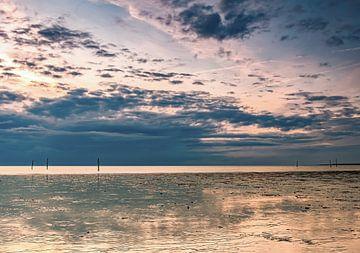 Schöne Wolken über dem Strand von Hellevoetsluis von Marjolein van Middelkoop