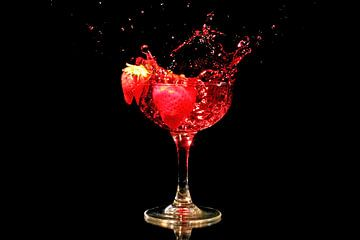 Rode wijn met aardbei splash van Nisangha Masselink