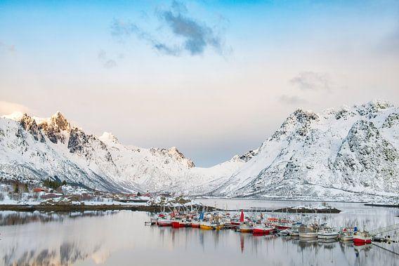 Vissersboten in de winter op de Lofoten in Noorwegen van Sjoerd van der Wal