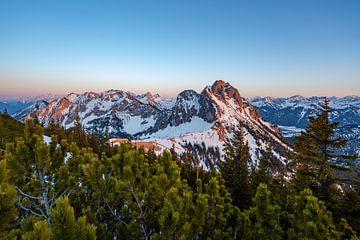 Zonsondergang op de Breitenberg in de richting van de Tannheimer Berge van Leo Schindzielorz