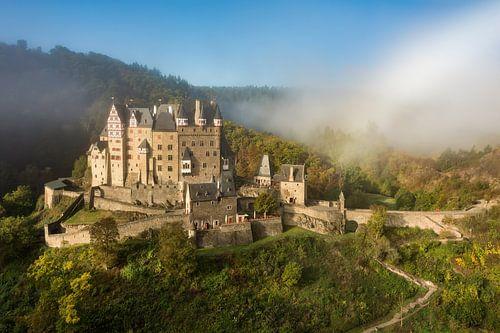 Castle Eltz in the Eifel awakes from the fog van Michael Valjak