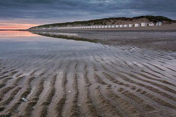Spiegeling strandhuisjes Paal 9 van Ronald Timmer