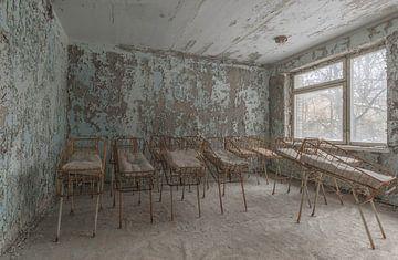 Kinderbetten in einem verlassenen Kinderkrankenhaus Pripjat von John Noppen