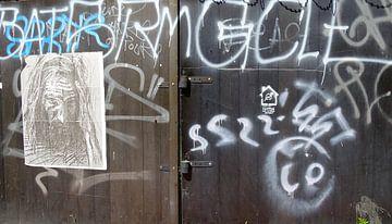 Graffiti op deuren in Praag van Tineke Laverman
