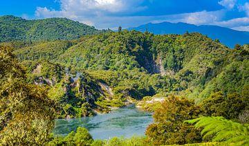 Meer in de Waimangu thermische vallei, Nieuw Zeeland van