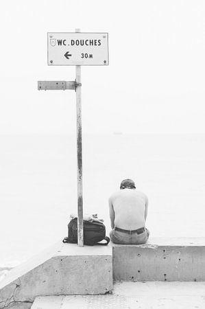 Man aan het strand in Nice