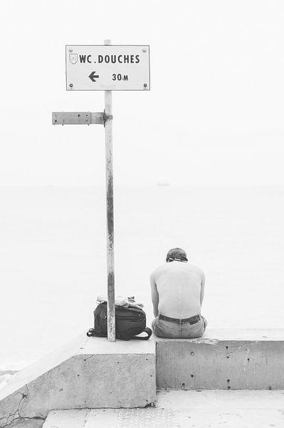 Man aan het strand in Nice van Lisenka l' Ami