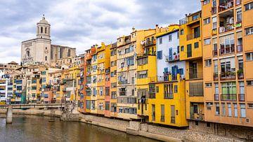 Farbenfrohe Häuser am Wasser in Girona, Spanien von Jessica Lokker
