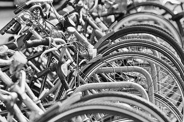 Rij van geparkeerde fietsen in Amsterdam van Tony Vingerhoets