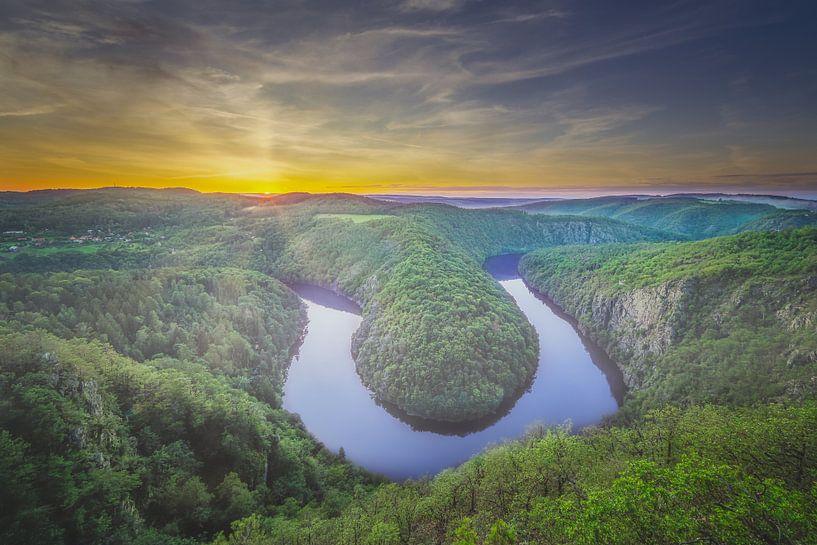 Vyhlídka Máj, de groene bocht in de Moldau vlak na zonsondergang van Dennis Donders