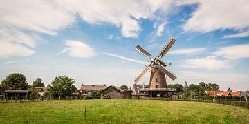 Een echt Hollands landschap met een molen van Peter de Jong