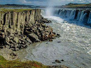 Dettifoss waterval in het voorjaar in IJsland