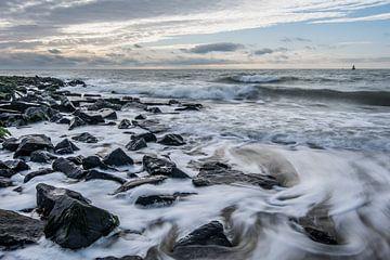 Hohe Wellen brechen auf dem Deich in Westkapelle von Jan Poppe