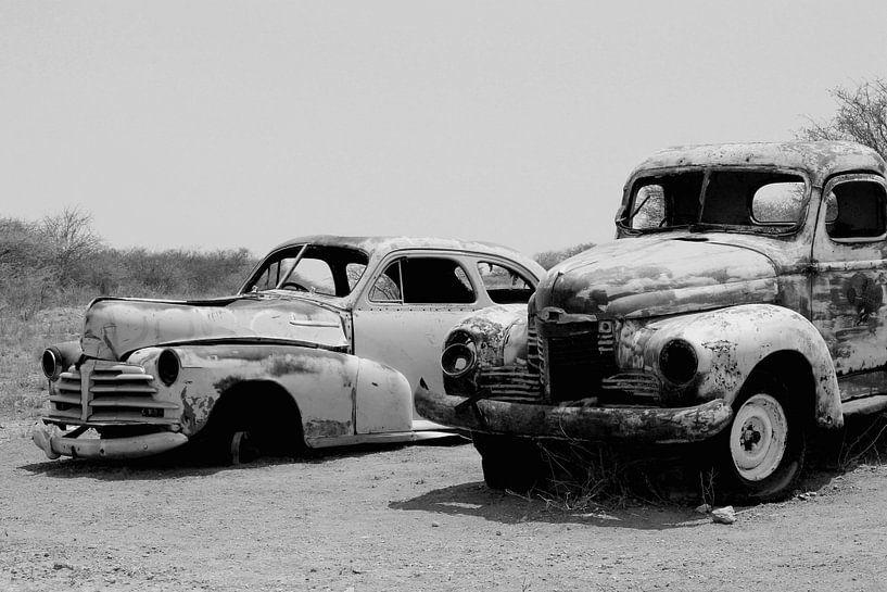 Oldtimers in woestijn van Inge Hogenbijl