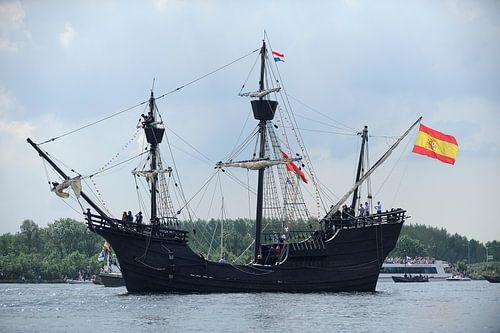 Tallship Nao Victoria bij de parade van SAIL Amsterdam 2015 van Merijn van der Vliet