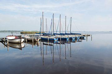 Bootjes weerspiegeld in het water van Erika van der Veen