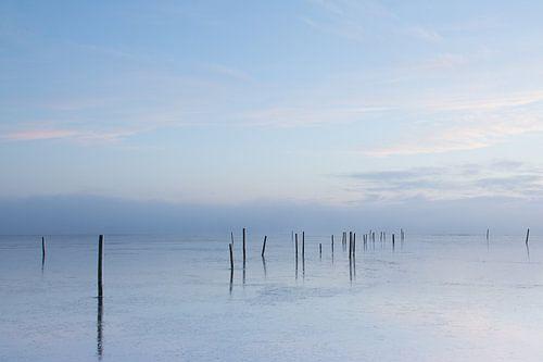 Zonsopgang koude ochtend boven het water van