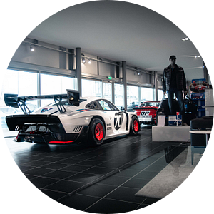 Porsche 935 'Moby Dick' in de showroom van Jarno Lammers