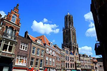 Domtoren van Utrecht, gezien vanaf de Vismarkt. van Margreet van Beusichem