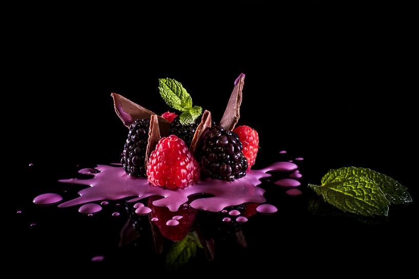Culinair dessert, berries with cream. van Corrine Ponsen