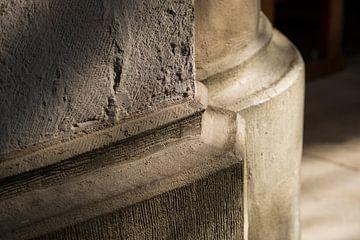 Stenen zuilvoet in gotische kerk van Tonko Oosterink