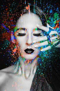 Frau mit Farbspritzern von Art By Dominic