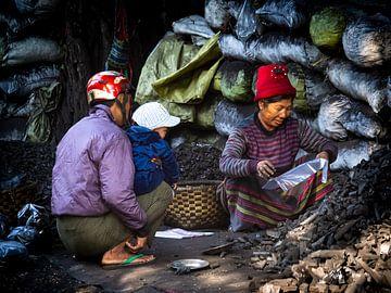 Vuile handen maken in de straten van Mandalay Myanmar van Rik Pijnenburg