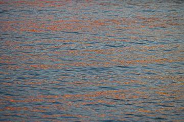 Oranje linten op het water. van Rens Kromhout