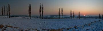 Een winterse zonsondergangpanorama van