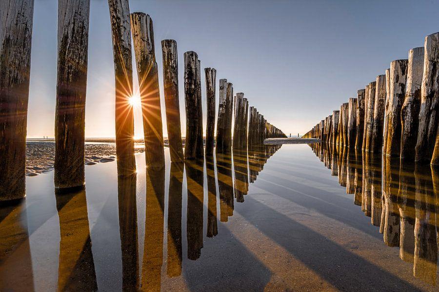 Golfbrekers op het strand van Domburg IV van Martijn van der Nat