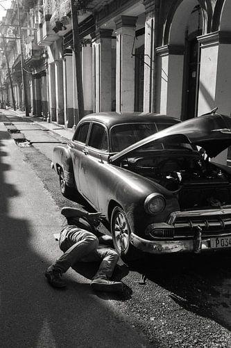Old car repairs in Havana von Hans Van Leeuwen