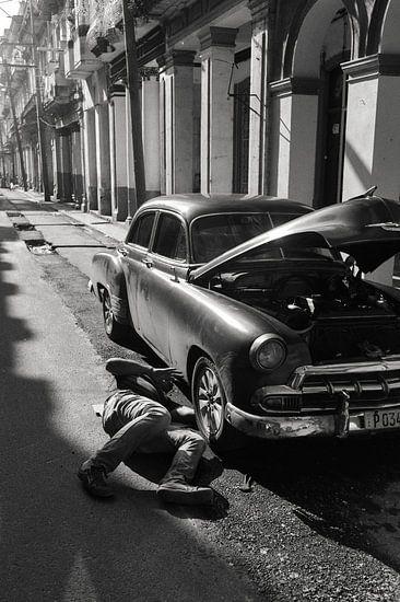Old car repairs in Havana van Hans Van Leeuwen