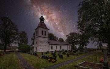 Kleine kerk en het griezelige kerkhof 's nachts van Mart Houtman