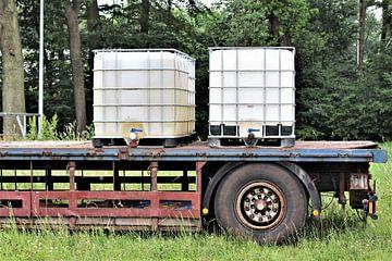 Watervoorraad voor dieren op een trailer. van Janny Bouland