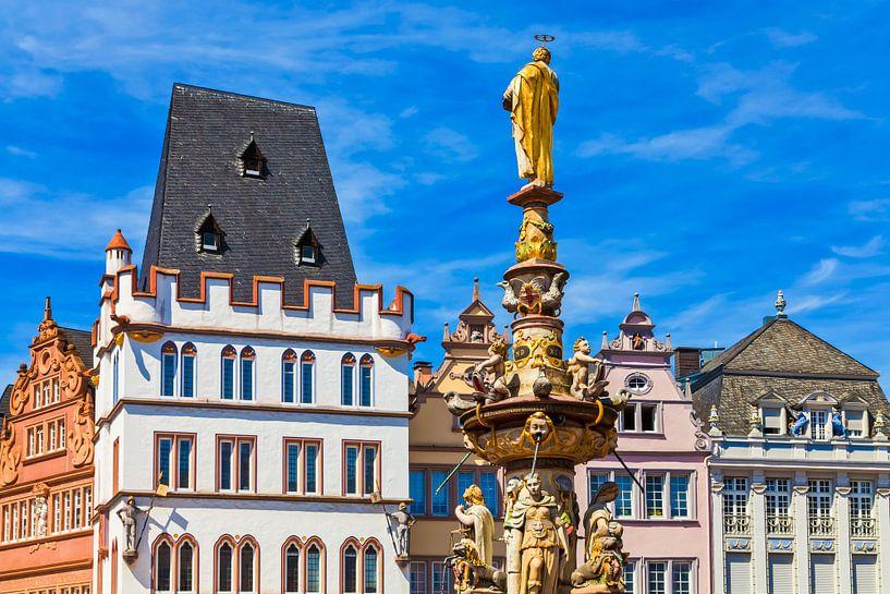 Hoofdmarkt met Petrusbrunnen in Trier van Werner Dieterich