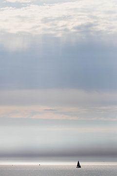 Sonnenstrahlen und Segelyacht auf See