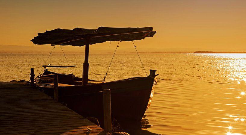 Bateau à la jetée au coucher du soleil sur Frank Herrmann