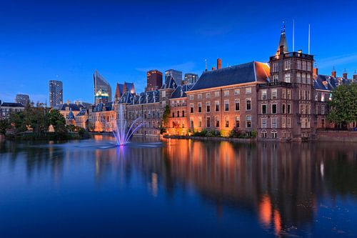 avondopname van de regeringsgebouwen aan de Hofvijver in Den Haag