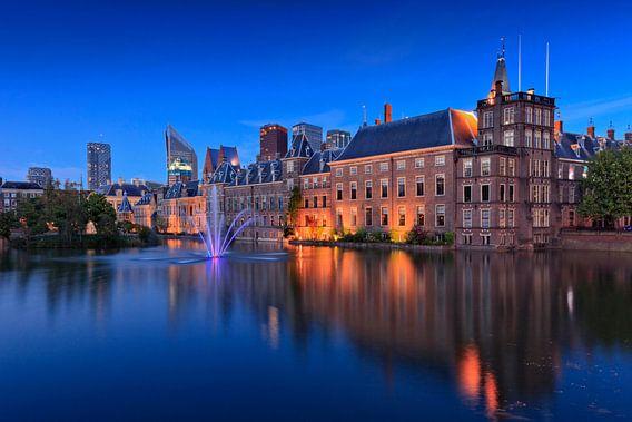 avondopname van de regeringsgebouwen aan de Hofvijver in Den Haag van gaps photography