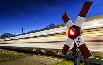 Passage à niveau avec un train qui passe